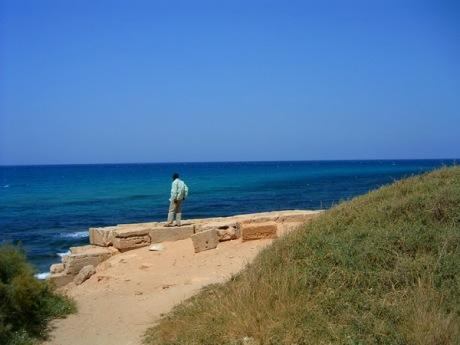 Adam posmatra Sredozemno more kraj Leptis Magne.
