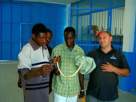 Ja i Sudanci posmatramo najotrovniju zmiju u Libiji koju smo uhvatili.